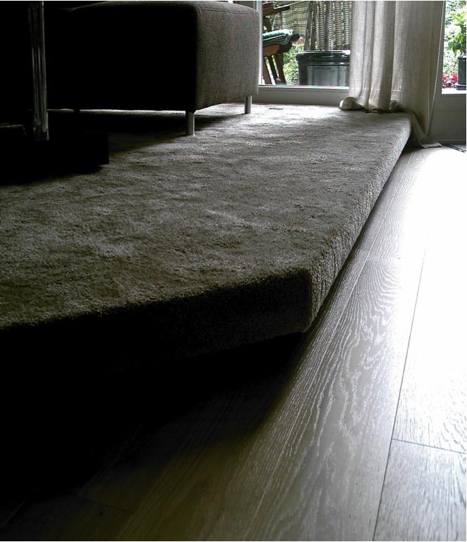 Podest mit Teppichboden bezogen