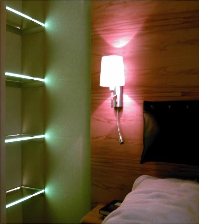 privates Schlafzimmer mit Lichtinstallation